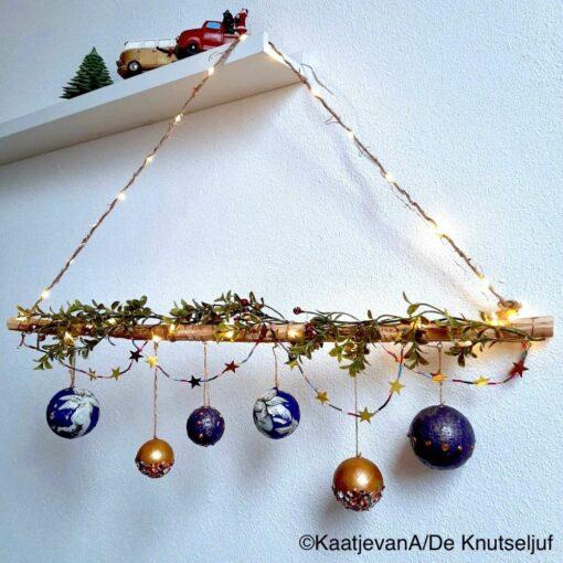 Kerstballen aan een tak - De Knutseljuf