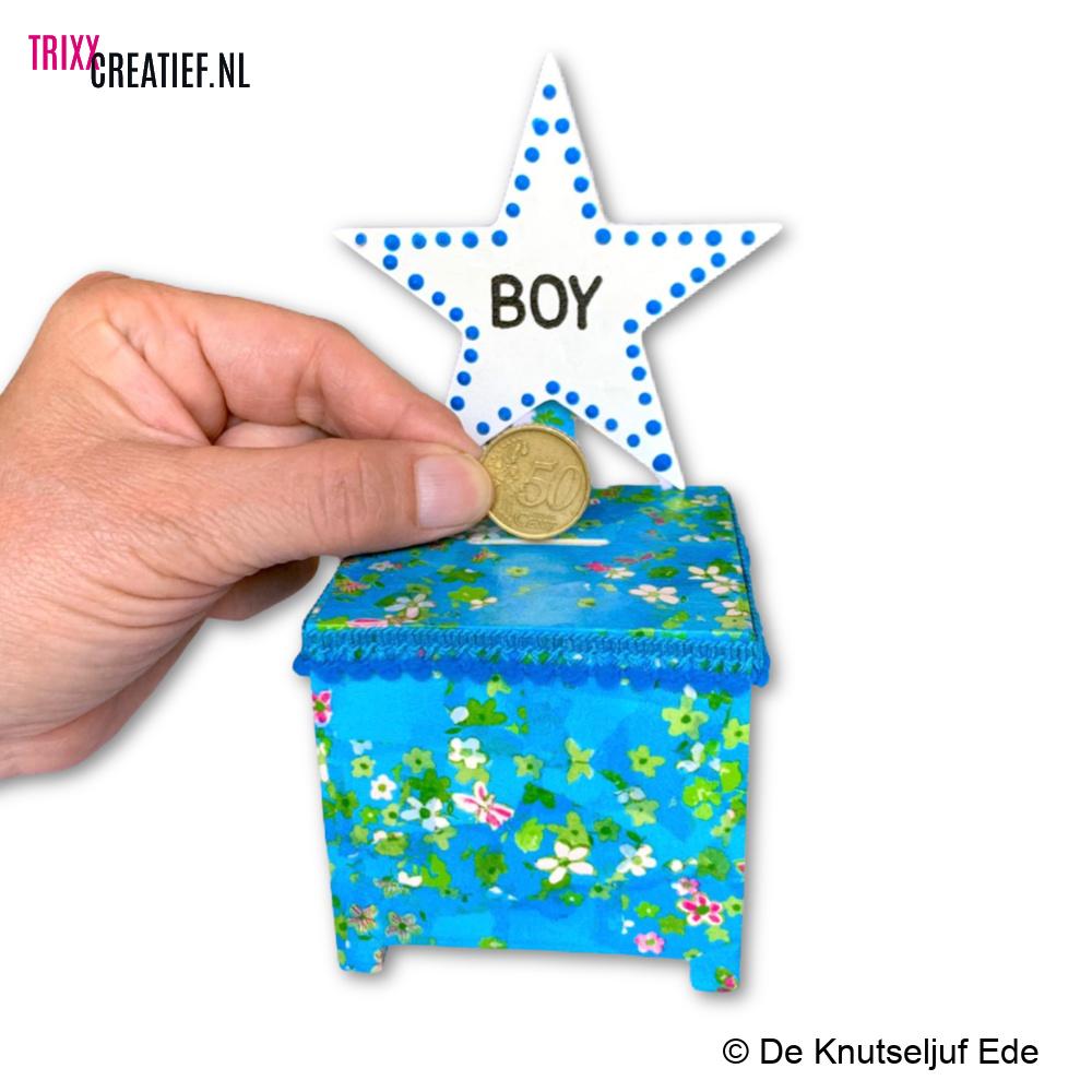 De Knutseljuf - BIZ175 Spaarpot Kubus Boy met Décopatch